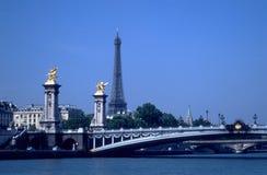 Tour Eiffel et passerelles au-dessus de Seine Photo stock