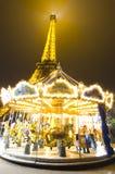 Tour Eiffel et un carrousel Photographie stock