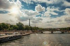 Tour Eiffel, le pont et le bateau ancrés chez la Seine encaissent sur le coucher du soleil à Paris Photo libre de droits