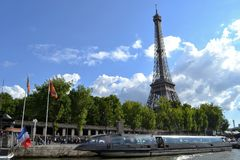 Tour Eiffel, Le Saphir, rivière de Siene Photos stock