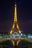 Tour Eiffel lumineux sur des champs de Mars à Paris Image stock