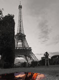 Tour Eiffel noir et blanc avec la couleur parisienne dans l'eau Images libres de droits