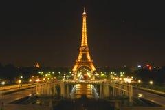 Tour Eiffel, Paris, France s'est allumé la nuit Image stock