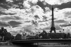Tour Eiffel Paris - regardant plus de la cathédrale orthodoxe photo libre de droits