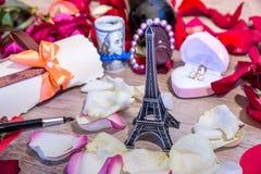 Tour Eiffel, roses de pétale, vin, boîte avec l'anneau et argent Photo libre de droits