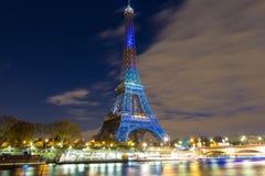 Tour Eiffel s'est allumé en l'honneur des entretiens de climat à Paris, Fran Photographie stock