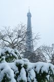 Tour Eiffel sous la neige en hiver à Paris photo libre de droits