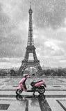 Tour Eiffel sous la pluie avec le scooter rose de Paris Noir et W Photo libre de droits