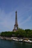 Tour Eiffel sur la banque de la rivière la Seine, Paris, France Photographie stock libre de droits
