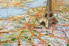Tour Eiffel sur la carte de la France Photographie stock