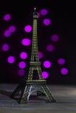 Tour Eiffel a tiré dans le studio avec des lumières de bokeh dans le backgound image libre de droits