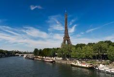 Tour Eiffel vu des banques de la Seine Image stock