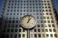 Tour en acier de quai d'horloge et de canari photo stock