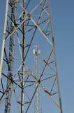 Tour en acier de télécommunication avec des antennes Photographie stock libre de droits