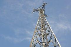 Tour en acier de télécommunication avec des antennes Photos libres de droits