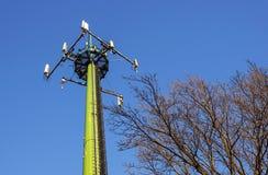 Tour en acier de télécommunication avec des antennes au-dessus de ciel bleu et d'arbres Image libre de droits