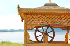 Tour en bois découpée au-dessus de bien au lac Igjboolat détail, circonstance photographie stock