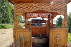 Tour en bois découpée au-dessus de bien au lac Igjboolat détail, circonstance photos stock