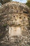Tour en pierre avec le plat commémoratif photographie stock