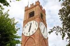 Tour et arbres d'horloge antiques de belvédère dans un jour d'été dans Mondovi, Italie photos libres de droits