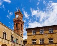Tour et architecture d'horloge dans Pienza, Italie photo libre de droits