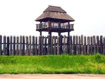 Tour et barrière d'observation traditionnelles en parc historique de Yoshinogari Photographie stock