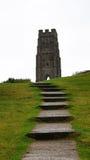 Tour et escaliers de massif de roche de Glastonbury Photos stock