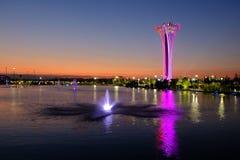 Tour et fontaine illuminées, différentes couleurs, égalisant Expo botanique 2016 Image libre de droits