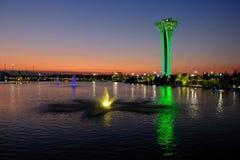 Tour et fontaine illuminées, différentes couleurs, égalisant Expo botanique 2016 Photographie stock