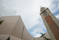 Tour et Hong Kong Cultural Center d'horloge image stock