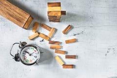 Tour et horloge de Jenga de construction sur le tebla en bois photo libre de droits