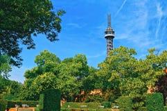 Tour et jardins d'observation de Petrin sur la colline de Petrin Prague, République Tchèque Photographie stock