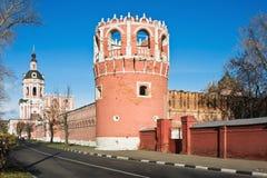 Tour et l'église de porte le monastère de Donskoy Photographie stock