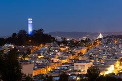 Tour et maisons de Coit à San Francisco la nuit images stock