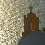 Tour et mer de cloche d'église grecque Photographie stock libre de droits