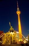 Tour et Neptunbrunnen de TV la nuit Images libres de droits