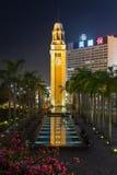 Tour et piscine d'horloge en Hong Kong au crépuscule Image libre de droits