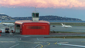 Tour et sapeurs-pompiers d'aéroport Photos stock