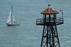Tour et voilier dans l'océan Photographie stock libre de droits