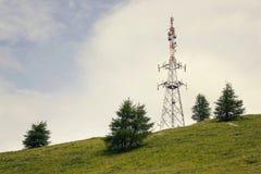 Tour filtrée de télécommunication sur la colline avec l'espace de copie Image stock