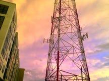 Tour hertzienne au coucher du soleil Photographie stock libre de droits