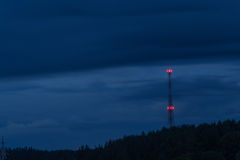 Tour hertzienne la nuit Image libre de droits