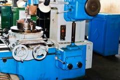 Tour industriel de fer pour couper, rotation des billettes des métaux, bois et d'autres matériaux, tournant, fabrication des déta photographie stock libre de droits