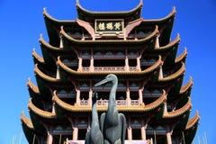 Tour jaune de grue dans la ville de Wuhan Photographie stock libre de droits