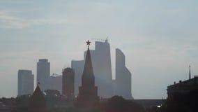 Tour Kremlin sur un fond de ville de Moscou de gratte-ciel Photo libre de droits