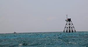 Tour légère dans l'eau bleue images stock
