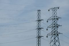 Tour, lignes électriques de transmission de l'électricité et tra à haute tension Image stock