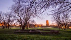 Tour médiévale de la défense sous le ciel bleu image libre de droits