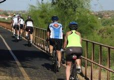 Tour mixte de vélo âgé par milieu image stock
