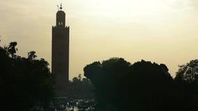 Tour musulmane de minaret de Koutoubia avec éclairé à contre-jour banque de vidéos